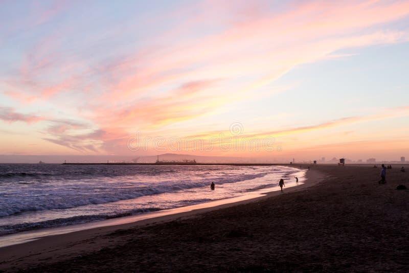 Ηλιοβασίλεμα πέρα από τα κύματα που χτυπούν την παραλία στη δυτική ακτή στοκ φωτογραφία με δικαίωμα ελεύθερης χρήσης