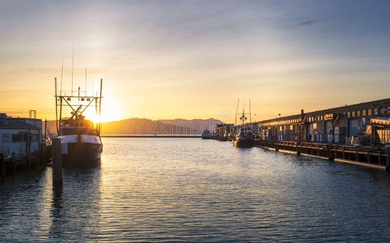 Ηλιοβασίλεμα πέρα από την αποβάθρα Fishermans, Σαν Φρανσίσκο, Καλιφόρνια, Ηνωμένες Πολιτείες της Αμερικής, Βόρεια Αμερική στοκ φωτογραφία