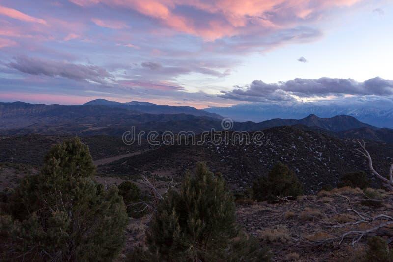 Ηλιοβασίλεμα πέρα από την οροσειρά Νεβάδα στοκ εικόνες
