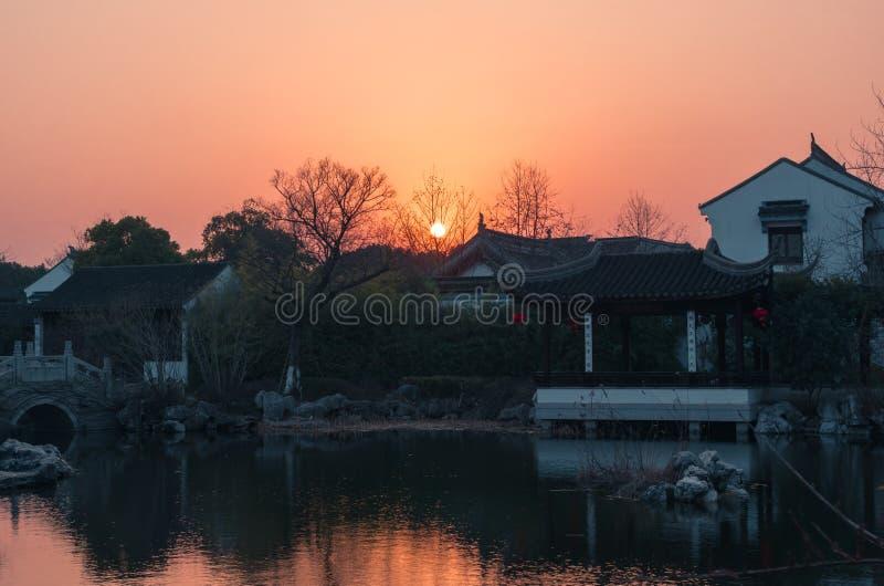 Ηλιοβασίλεμα πέρα από την παλαιά hystorical κινεζική πόλη, ασιατικά σπίτια traitional watertown στοκ εικόνες με δικαίωμα ελεύθερης χρήσης