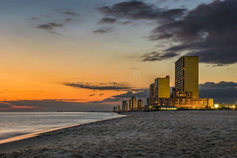 Ηλιοβασίλεμα πέρα από την παραλία πόλεων του Παναμά, ορίζοντας της Φλώριδας, ΗΠΑ στοκ εικόνες