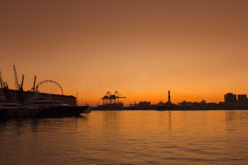 Ηλιοβασίλεμα πέρα από τη Γένοβα στον παλαιό λιμένα στοκ φωτογραφία με δικαίωμα ελεύθερης χρήσης