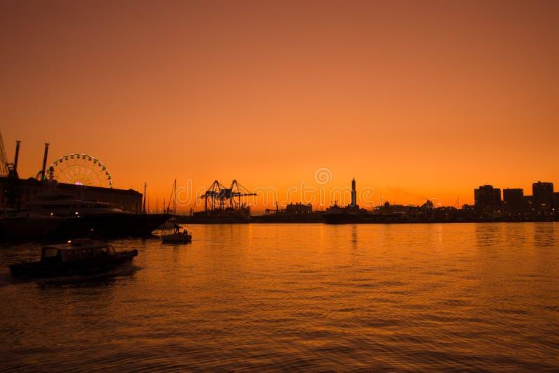 Ηλιοβασίλεμα πέρα από τη Γένοβα στον παλαιό λιμένα στοκ εικόνες