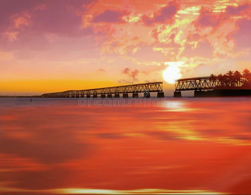Ηλιοβασίλεμα πέρα από τη γέφυρα στα πλήκτρα της Φλώριδας, Bahia Honda ST στοκ φωτογραφία