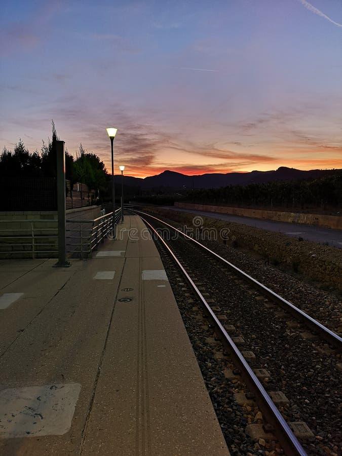 Ηλιοβασίλεμα πέρα από τη διαδρομή τραίνων στοκ εικόνες