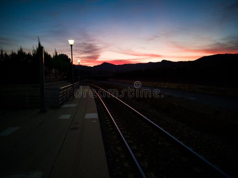 Ηλιοβασίλεμα πέρα από τη διαδρομή τραίνων στοκ φωτογραφίες