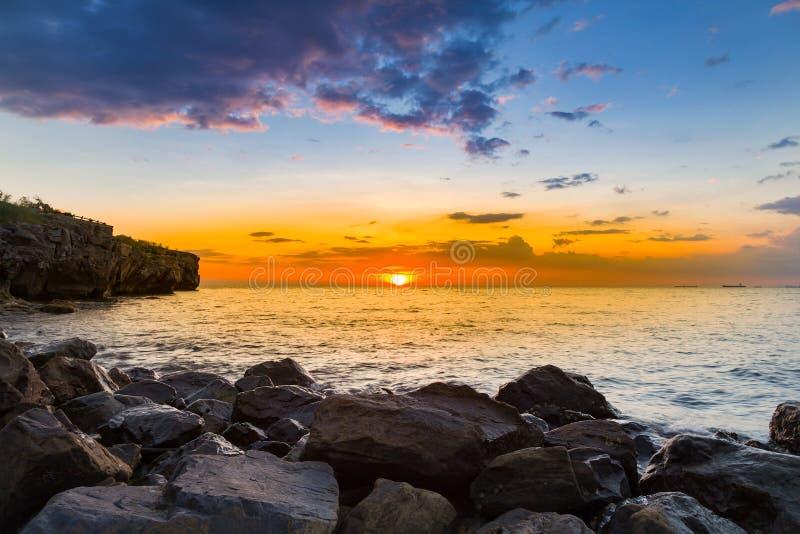 Ηλιοβασίλεμα πέρα από τη δύσκολη ακτή θάλασσας στοκ εικόνα με δικαίωμα ελεύθερης χρήσης
