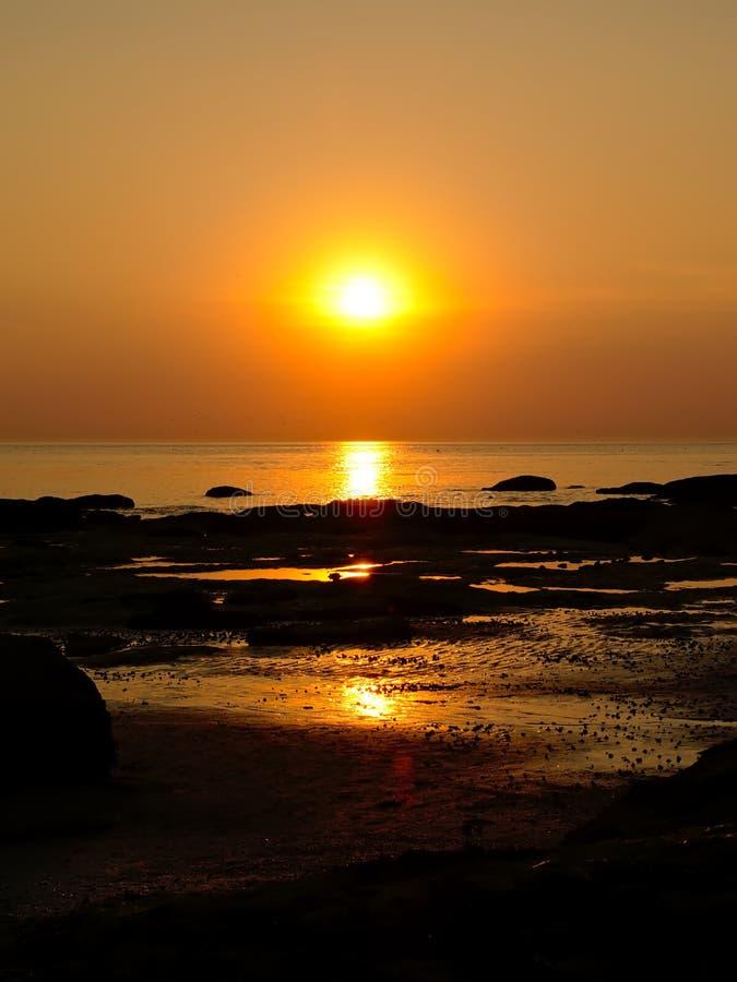 Ηλιοβασίλεμα πέρα από τη δύσκολη ακτή στη γαλλική ακτή Βόρεια Θαλασσών στοκ φωτογραφίες με δικαίωμα ελεύθερης χρήσης