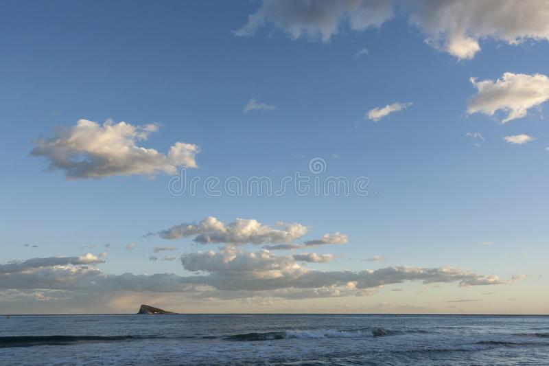 Ηλιοβασίλεμα πέρα από τη θάλασσα και το νησί στοκ εικόνα