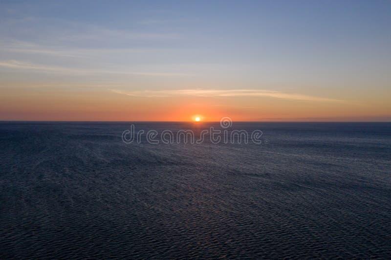 Ηλιοβασίλεμα πέρα από τη θάλασσα στο σαφή καιρό, άποψη άνωθεν στοκ φωτογραφίες