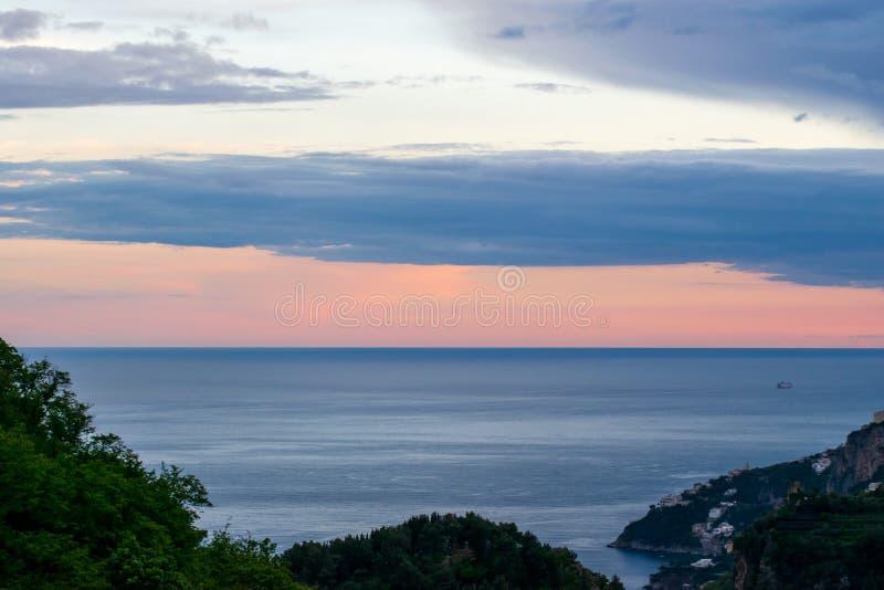 """Ηλιοβασίλεμα πέρα από τη θάλασσα Tyrranean, που αντιμετωπίζεται από το πεζούλι του απείρου ή της κοιλάδας """"Infinito, βίλα Cimbron στοκ φωτογραφίες"""
