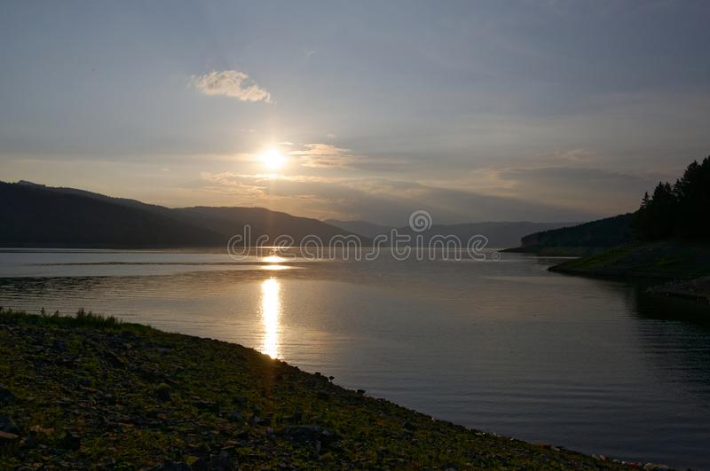 Ηλιοβασίλεμα πέρα από τη λίμνη Bicaz στοκ εικόνες