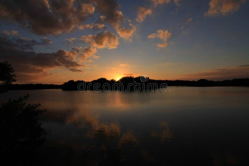 Ηλιοβασίλεμα πέρα από τη λίμνη Paurotis, εθνικό πάρκο Everglades στοκ φωτογραφίες με δικαίωμα ελεύθερης χρήσης