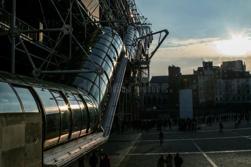 Ηλιοβασίλεμα πέρα από τις εικονικές κυλιόμενες σκάλες του Κέντρου Πομπιντού Τοποθετημένο στην περιοχή beaubourg, είναι το μεγαλύτ στοκ εικόνες με δικαίωμα ελεύθερης χρήσης
