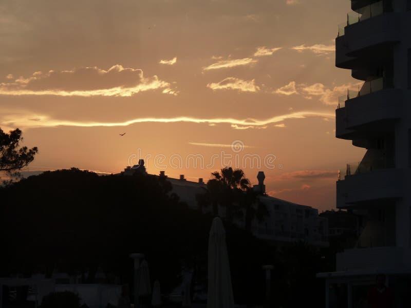Ηλιοβασίλεμα πέρα από τις στέγες στην Ισπανία στοκ εικόνα με δικαίωμα ελεύθερης χρήσης