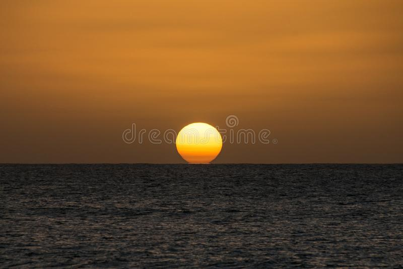 Ηλιοβασίλεμα πέρα από τον Ατλαντικό Ωκεανό από Boa Vista, Πράσινο Ακρωτήριο, Αφρική στοκ εικόνα