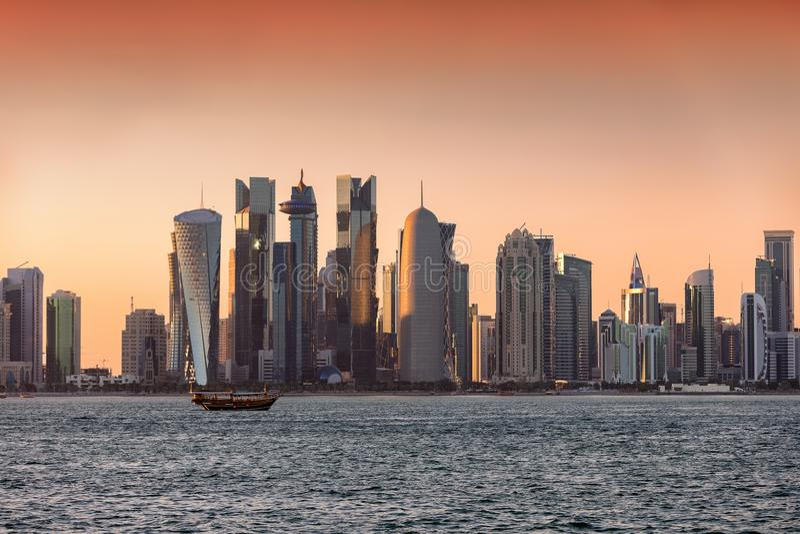 Ηλιοβασίλεμα πέρα από τον κεντρικό ορίζοντα πόλεων Doha στοκ φωτογραφίες