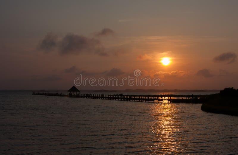 Ηλιοβασίλεμα πέρα από τον κόλπο στοκ εικόνα