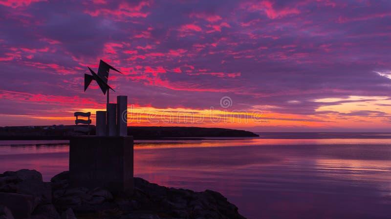 Ηλιοβασίλεμα πέρα από τον κόλπο Faxaflói στην Ισλανδία στοκ εικόνα