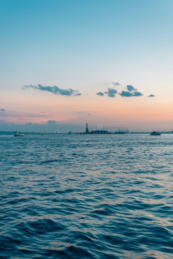 Ηλιοβασίλεμα πέρα από τον ποταμό του Hudson από το πάρκο μπαταριών, Μανχάταν, πόλη της Νέας Υόρκης στοκ εικόνα με δικαίωμα ελεύθερης χρήσης