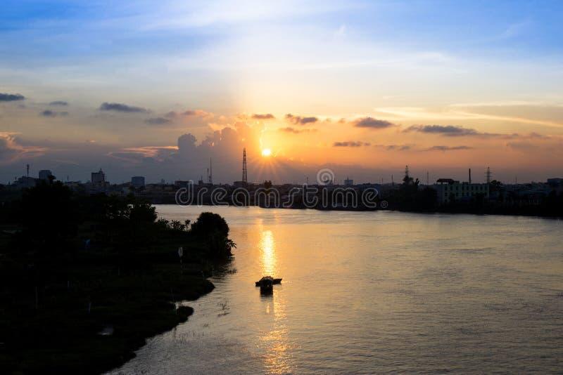 Ηλιοβασίλεμα πέρα από τον ποταμό Dao σε Namdinh στοκ εικόνα