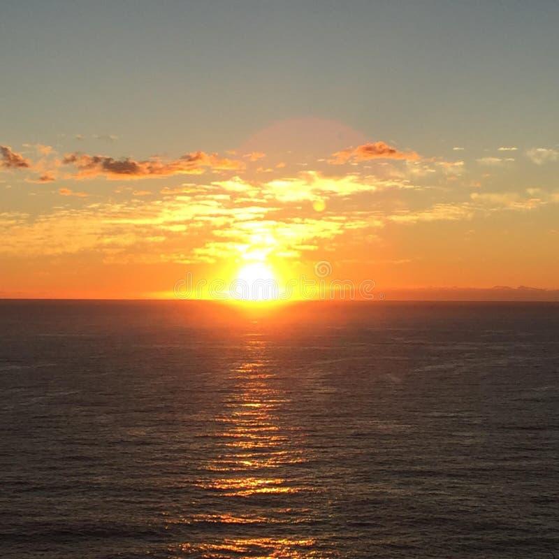 Ηλιοβασίλεμα πέρα από τον ωκεανό στοκ φωτογραφίες