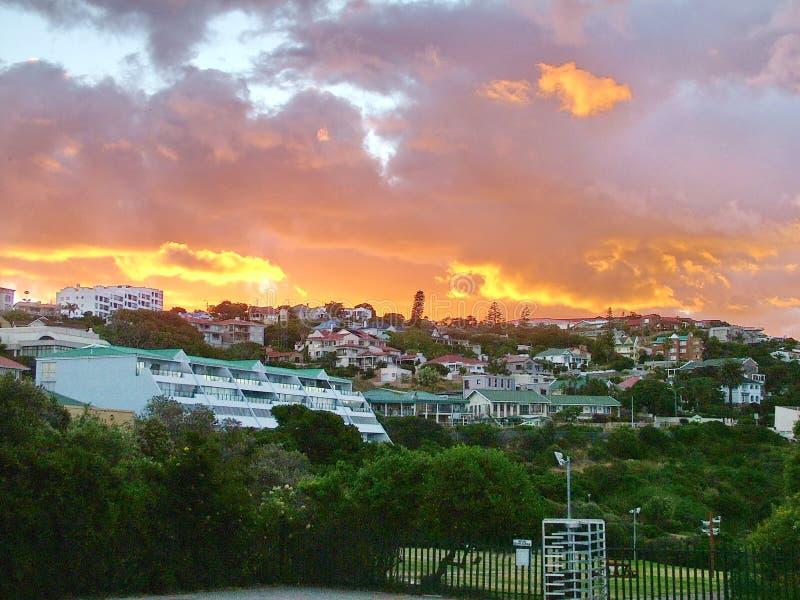 Ηλιοβασίλεμα πέρα από τους λόφους παραλιών στον κόλπο Mossel στοκ εικόνες