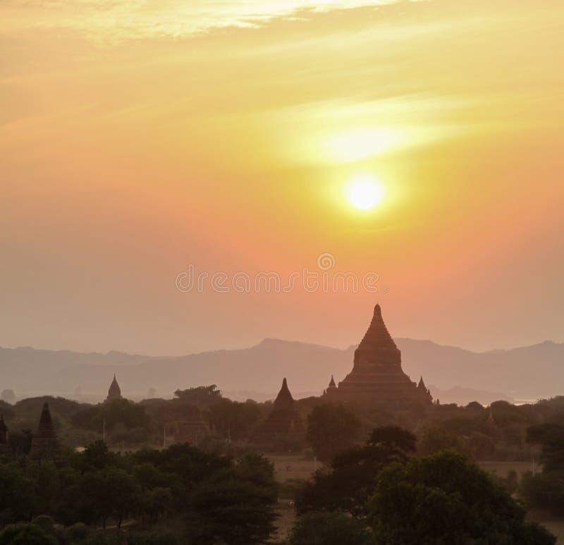 Ηλιοβασίλεμα πέρα από τους ναούς σε Bagan το Μιανμάρ Ασία στοκ εικόνες