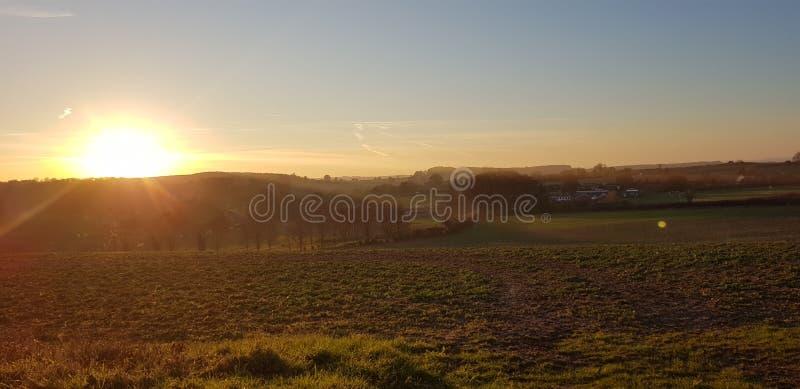 Ηλιοβασίλεμα πέρα από τους τομείς στοκ εικόνα