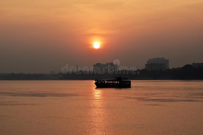 Ηλιοβασίλεμα πέρα από το Γάγκη στοκ εικόνα