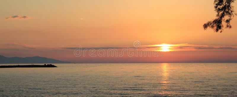 Ηλιοβασίλεμα πέρα από το θερμό Ειρηνικό, η νότια θάλασσα σε ένα θερινό βράδυ στοκ εικόνες με δικαίωμα ελεύθερης χρήσης