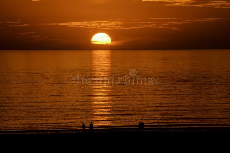Ηλιοβασίλεμα πέρα από το κόστος Κόλπων στοκ εικόνες