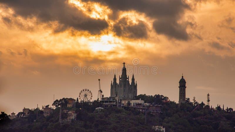 Ηλιοβασίλεμα πέρα από το λούνα παρκ Tibidabo της Βαρκελώνης στοκ φωτογραφία