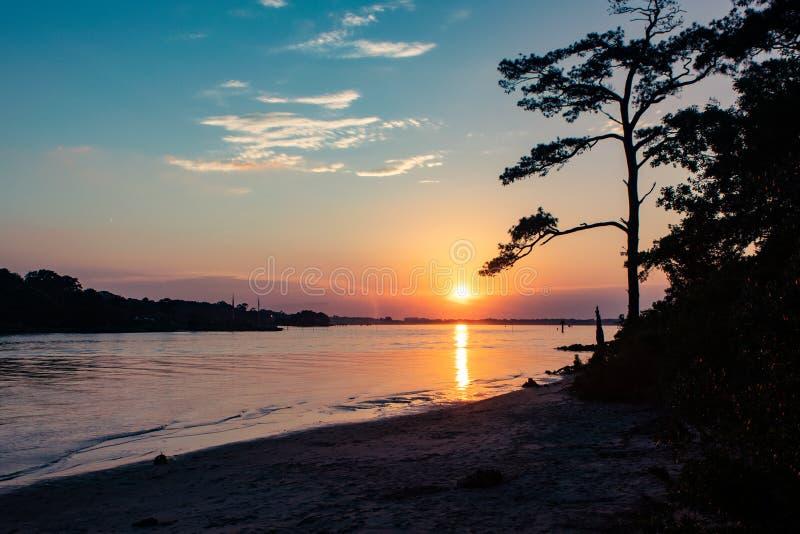 Ηλιοβασίλεμα πέρα από το νερό που προσγειώνεται καταρχάς το κρατικό πάρκο στοκ φωτογραφίες