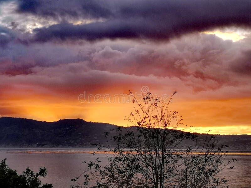 Ηλιοβασίλεμα πέρα από το στενό του Μεσσήνη στοκ φωτογραφία