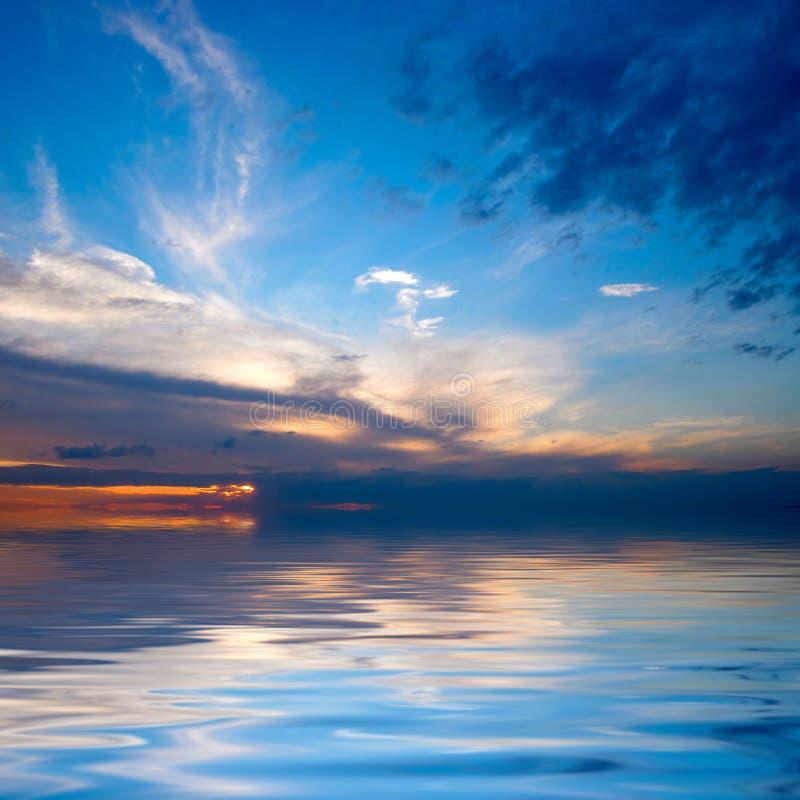 Ηλιοβασίλεμα πέρα από το ύδωρ στοκ εικόνα