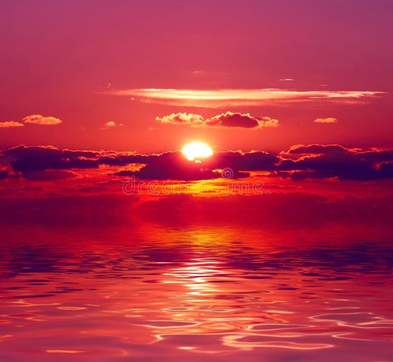 Ηλιοβασίλεμα πέρα από το ύδωρ στοκ εικόνα με δικαίωμα ελεύθερης χρήσης