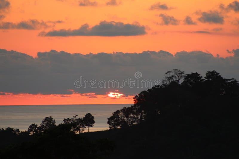 Ηλιοβασίλεμα πέρα από Quepos, Κόστα Ρίκα στοκ φωτογραφίες