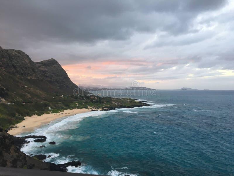 Ηλιοβασίλεμα πίσω από το βουνό, Χαβάη στοκ εικόνα