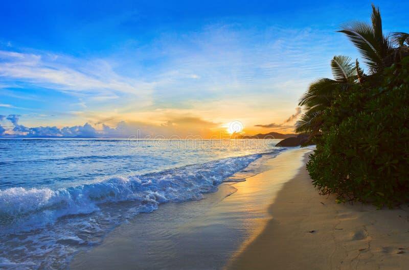 ηλιοβασίλεμα παραλιών τ&rho στοκ φωτογραφία με δικαίωμα ελεύθερης χρήσης