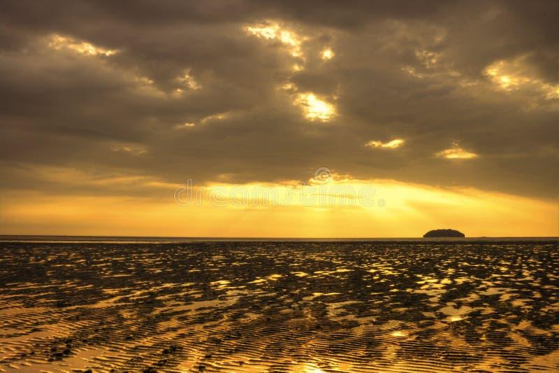 ηλιοβασίλεμα παραλιών aru tg στοκ φωτογραφία με δικαίωμα ελεύθερης χρήσης