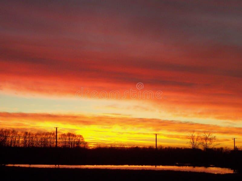 Ηλιοβασίλεμα Παραμονής Χριστουγέννων επάνω από Komadi στοκ εικόνες