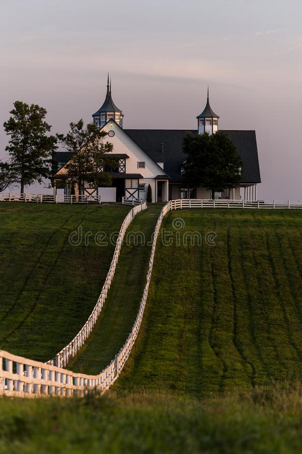 Ηλιοβασίλεμα - περίκομψη σιταποθήκη στο αγρόκτημα αλόγων του Μάντσεστερ - Bluegrass - Κεντάκυ στοκ φωτογραφία