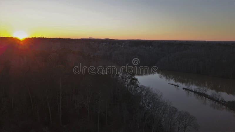 Ηλιοβασίλεμα ποταμών Chattahoochee στενό από τον κηφήνα στοκ εικόνες