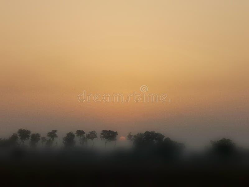 Ηλιοβασίλεμα που παρουσιάζει καταπληκτική επίδραση στοκ εικόνα