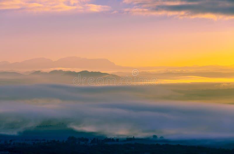 Ηλιοβασίλεμα πυράκτωσης πέρα από τα βουνά επάνω από τα σύννεφα στοκ φωτογραφίες με δικαίωμα ελεύθερης χρήσης