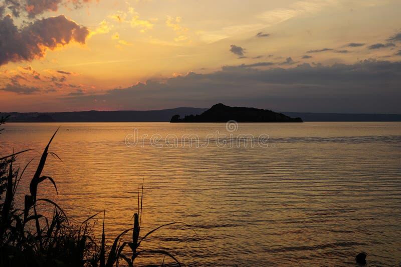 Ηλιοβασίλεμα πυρκαγιάς στη λίμνη Bolsena στοκ φωτογραφίες με δικαίωμα ελεύθερης χρήσης