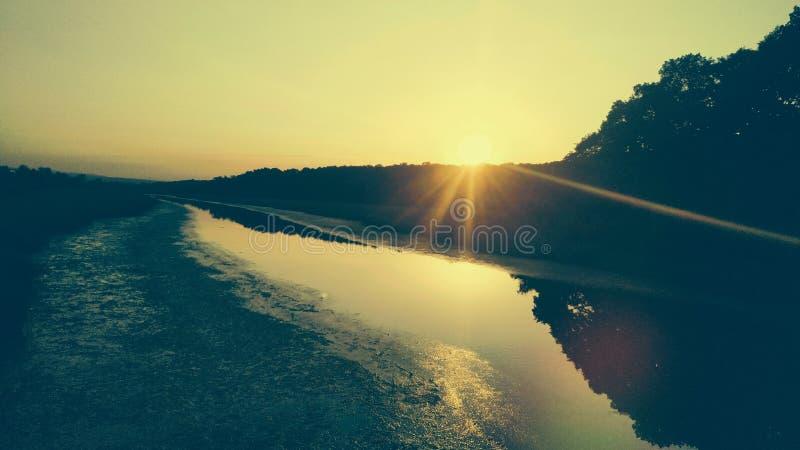 Ηλιοβασίλεμα σε έναν ποταμό στοκ εικόνες