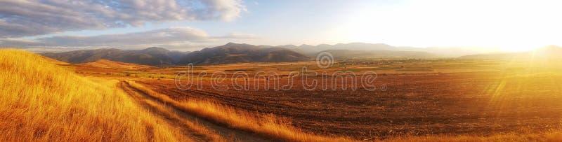 Ηλιοβασίλεμα σε ένα βουλγαρικό χωριό στοκ εικόνες με δικαίωμα ελεύθερης χρήσης