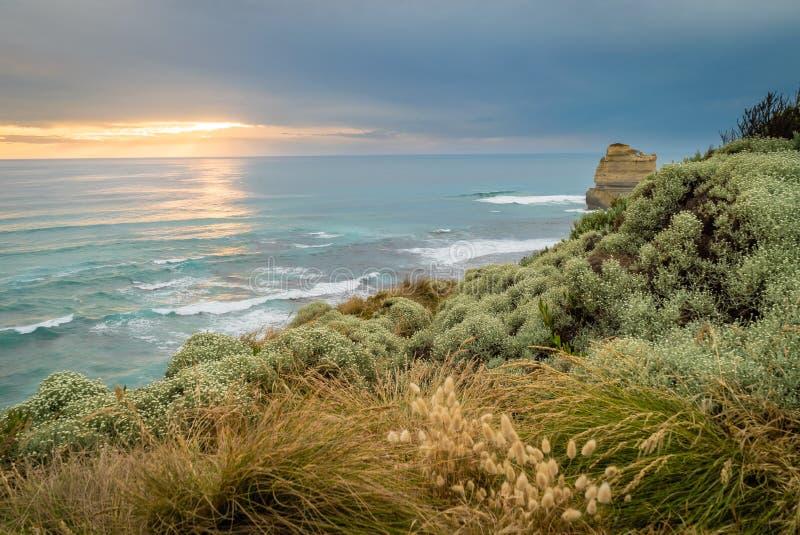 Ηλιοβασίλεμα σε δώδεκα αποστόλους στο μεγάλο ωκεάνιο δρόμο GOR στην Αυστραλία στοκ φωτογραφία